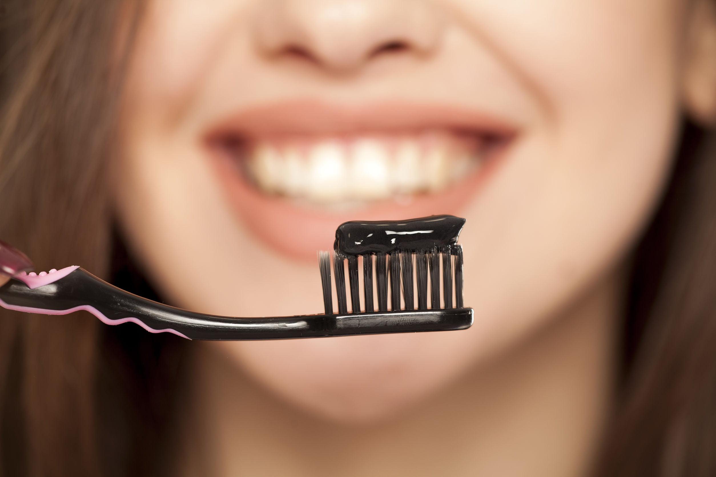 Tannkrem med aktivt kull til tannbleking